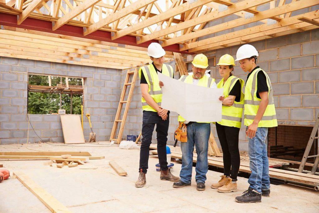 Przystępując do budowy dom trzeba przede wszystkim odpowiedzieć sobie na dwa podstawowe pytania: co i gdzie zbudować.