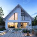 Projekt domu z dużymi przeszkleniami
