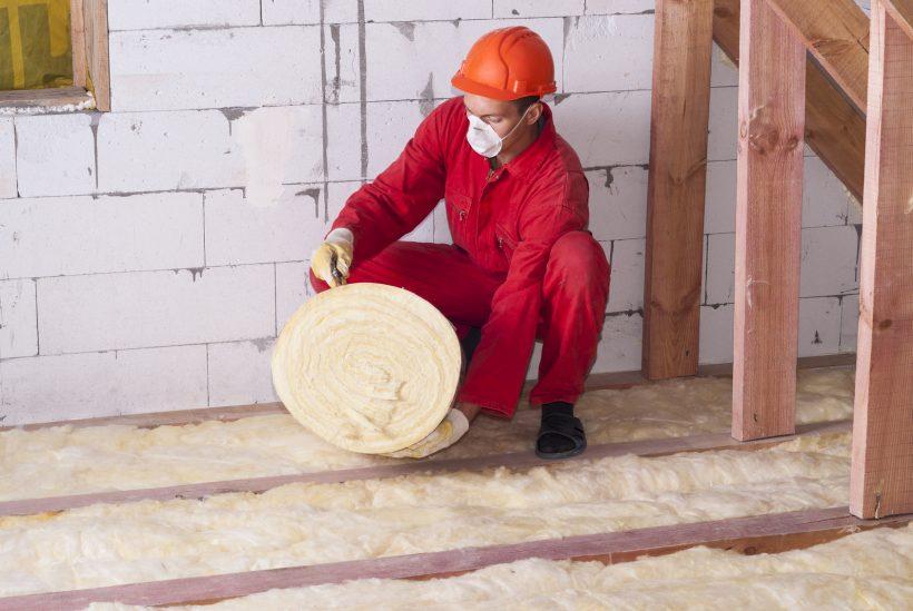 Mężczyzna rozkłada wełnę szklaną