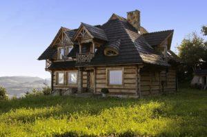 dom z bali w górach