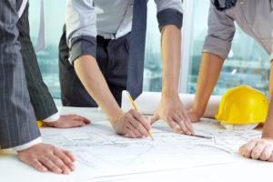 Inżynierowie podczas planowania budowy domu