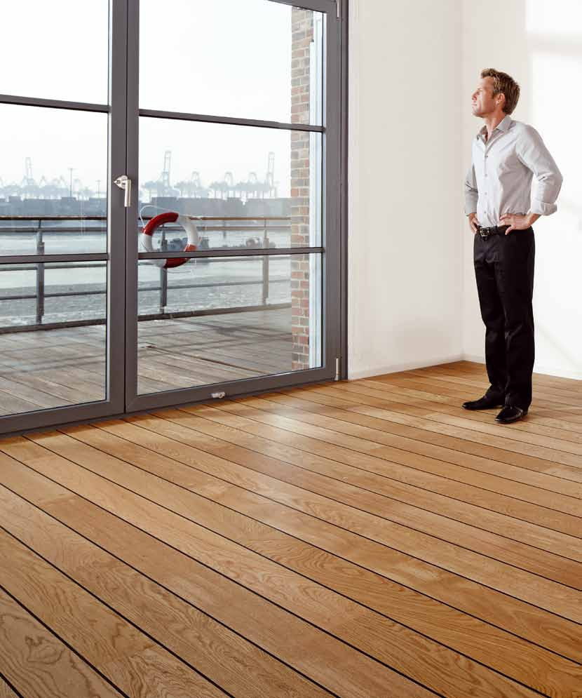 Mężczyzna stoi w pokoju z drewnianą podłogą