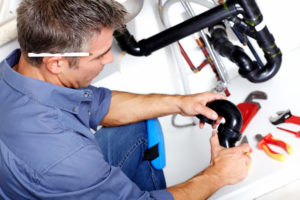 Robotnik wykonujący remont instalacji